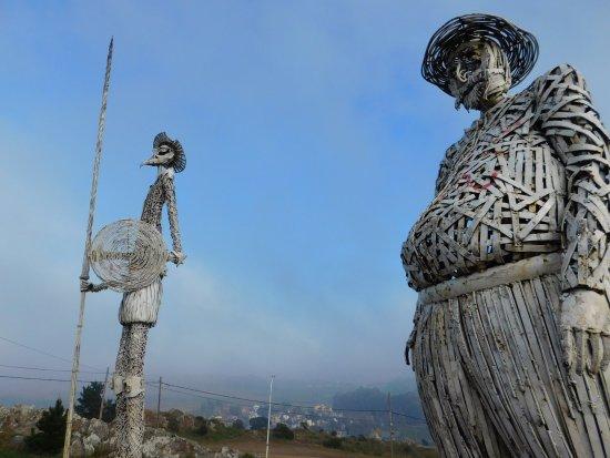 Monumento a Don Quijote de la Mancha en Tandil: El Torso de Sancho Panza grafiteado, una pena.