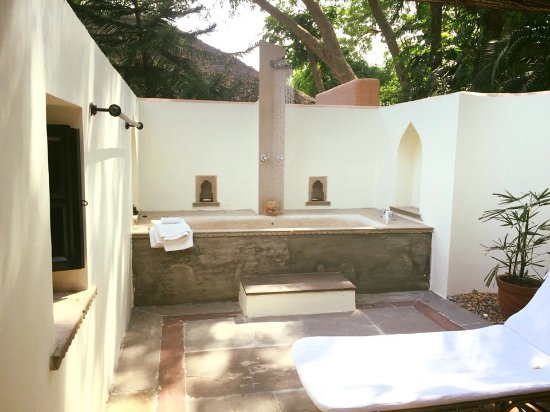 Khem Villas: Outdoor bath area. I enjoyed this after the morning safari but too many bugs to use at night.