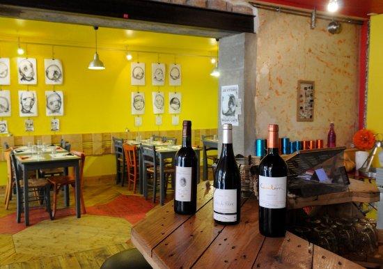 Macon, Prancis: La salle de restaurant avec le sol en palette