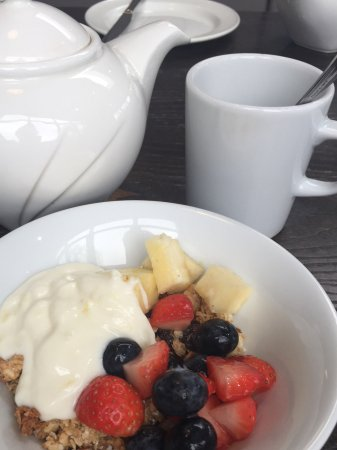 Wolfscastle Country Hotel: Tasty fresh muesli and fruits