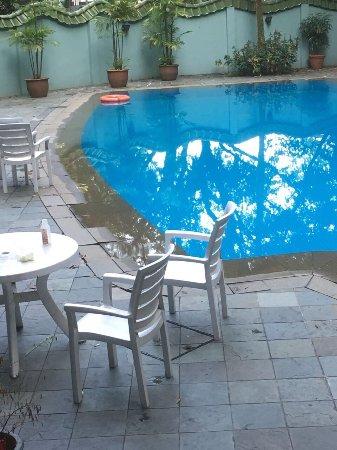 Hotel Royal Singapore: Poolbereich eine Katastrophe. Verschimmeltes Toast beim Frühstück.Die Badewanne dreckig .