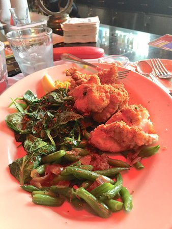 Short Hills, Nueva Jersey: Fried Catfish at The Cheescake Factory. Plentiful portions.