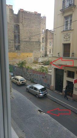 Senator Apartments Budapest : palazzo demolito e davanzale con cicche dentro