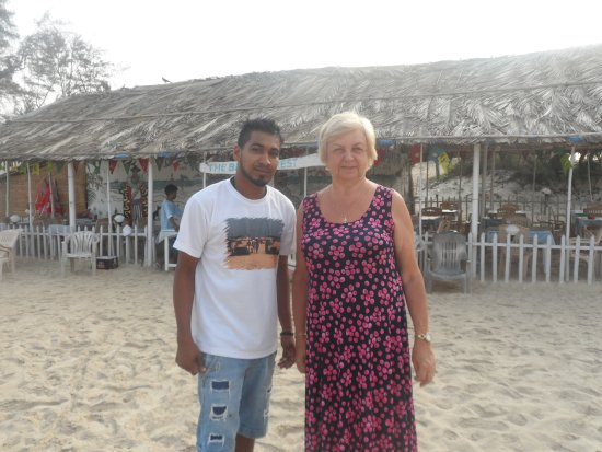 Betalbatim Beach: Отлично говорит по- русски- Радж в кафе Баггис