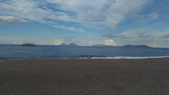 Le isole Eolie dal lungomare di Brolo.