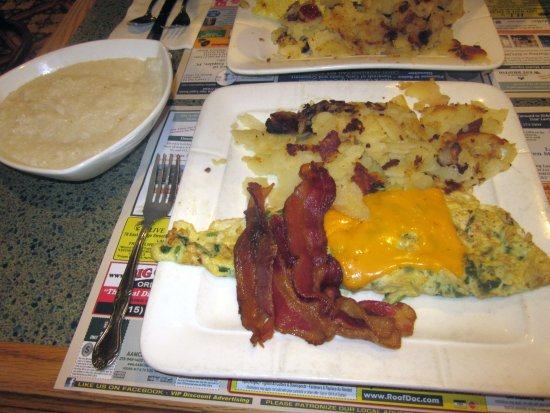 Bristol, بنسيلفانيا: Cheddar Cheese Omelet with Bacon & Home Fries, side of Grits