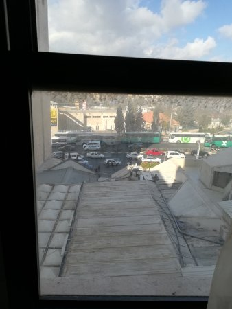 Jerusalem Gate Hotel: Lame view from the 1st floor through a very dirty window