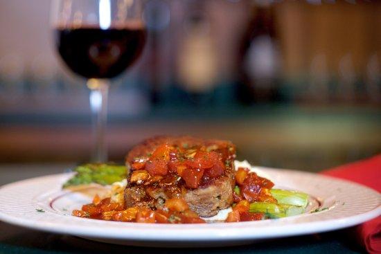 Geneseo, Нью-Йорк:  Red Wine Glazed Meatloaf - cabernet reduction, roasted garlic mashed potatoes, griled asparagus