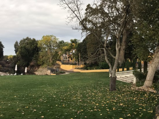 Acampo, كاليفورنيا: Looking from the lawn back to estate