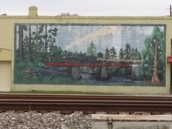 Φόλκστον, Τζόρτζια: Mural across from platform