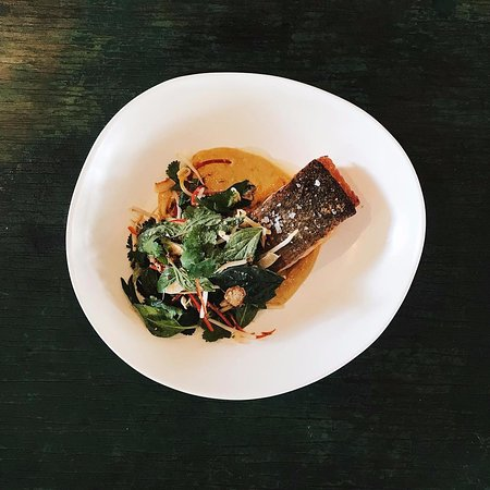 Lovedale, Australien: tasmanian ocean trout, spiced mango and coconut sauce, asian herb salad