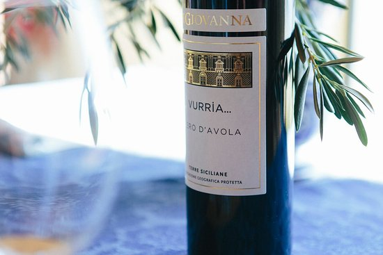 Sorrento, Australia: Sicilians love our Nero D'Avola.. we enjoy a delicious glass of wine while we do a cooking class