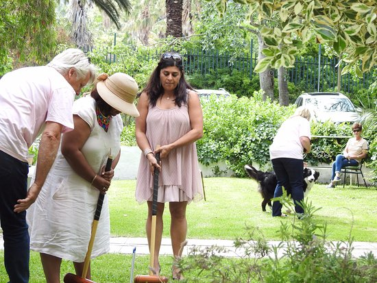 Riverside Boutique Hotel: Shafia givin g her best shot at Croquet.