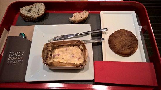 Ibis Paris Rueil Malmaison : Plateau pris à l'hôtel (Gratin de coquillettes / tatin aux pommes du Val de Loire)