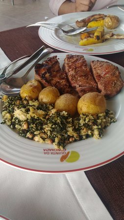 Penacova, Portugal : Carne bovina e migas e batatas