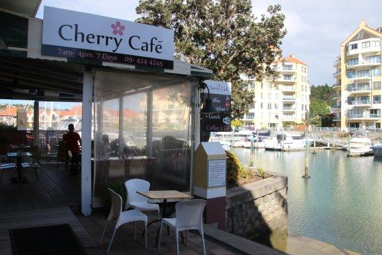 Whangaparaoa, Nova Zelândia: Cherry Cafe overlooking Gulf Harbour Marina