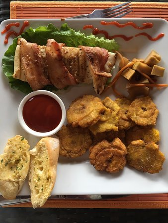 Portobelo, Panama/Panamá: Humboldt squid kabobs and platanos fritos... off the charts!