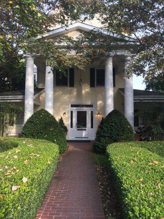 The Oaks Waterfront Inn and Events: Inn main entrance
