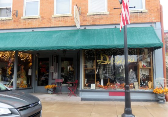 Galena, IL: front of & entrance to Dreams Boutique