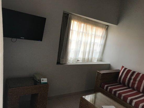 Ruime woonkamer met slaapbank en tv. - Picture of Dunas Maspalomas ...