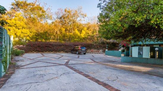 Jorn's Guest House: Parking area