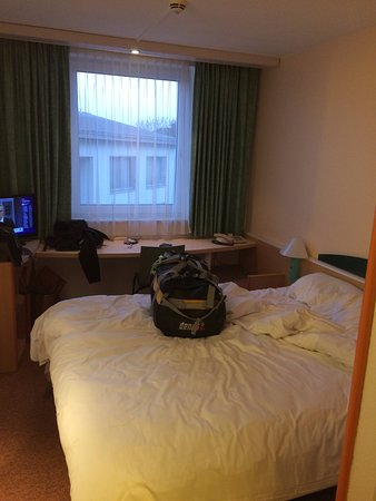 Ibis Paderborn City: Small, compact double room
