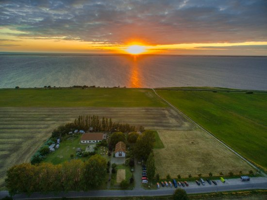 Rugen Island (เกาะรือเกน), เยอรมนี: Das Surfhostel liegt abgelegen am Nationalpark vorpommersche Boddenlandschaft