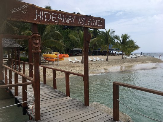 Hideaway Island Marine Reserve : the jetty with the snorkeling beach and restaurant to the right