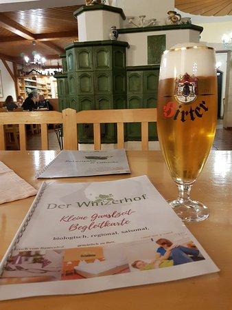 Achau, Autriche : gutes Bierchen an warmen Kachelofen