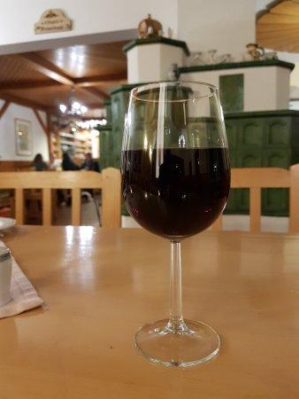 Achau, Autriche : geschmackvoller Zweigelt in gemütlichem Lokal