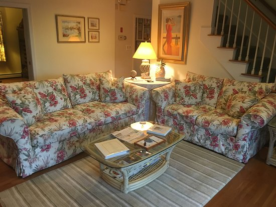 West Barnstable, MA: Lounge Area.