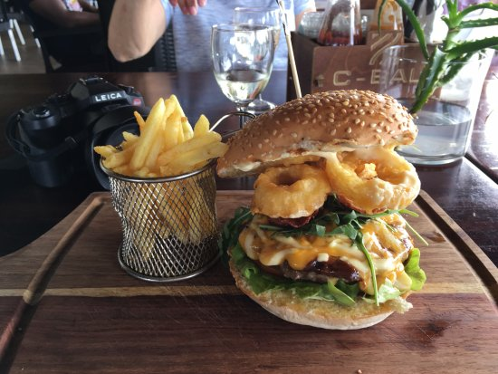 Uvongo, Sydafrika: A mountainous and delicious burger!