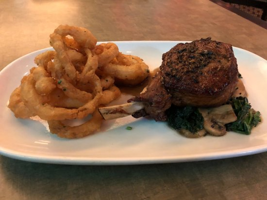 Artarmon, Australien: Amazing Ribeye with Onion rings, sauteed mushrooms and spinach
