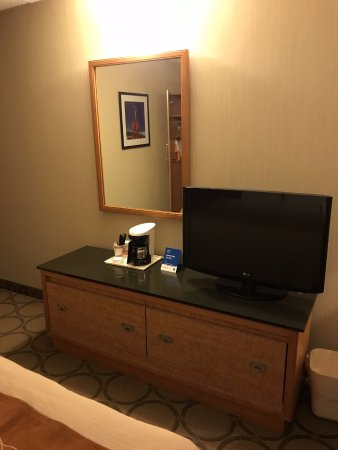 Comfort Inn Sydney: TV, dresser and coffee maker in 1 Queen Bed room