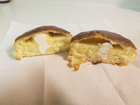 Robertsdale, Алабама: LOOK AT THIS LOOKIN GOOD DONUT. PITIFULL