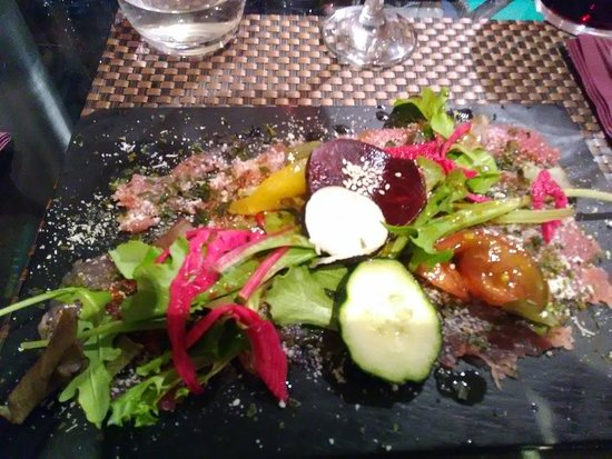 Port-Vendres, Frankrig: Vorspeise: Thunfisch roh mit vielen verschiedenen kräutern