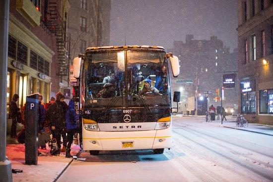 Nueva York, Estado de Nueva York: Bus picking up guests in the snow