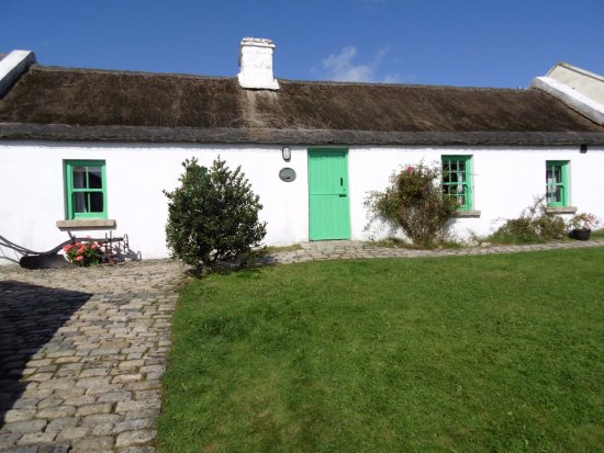 Kilkeel, UK: William John's with thatched roof