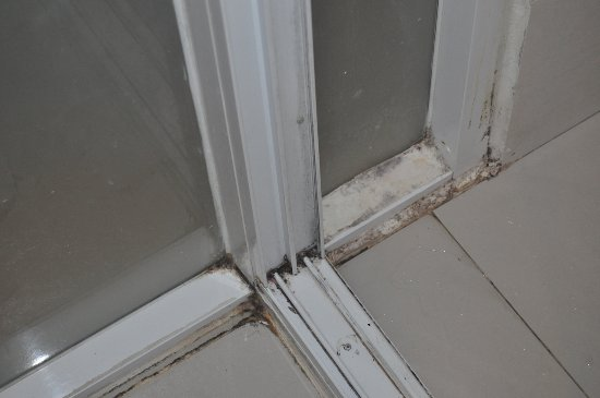 Nantra Silom: Mould an grime in the bathroom (sliding door, corners)
