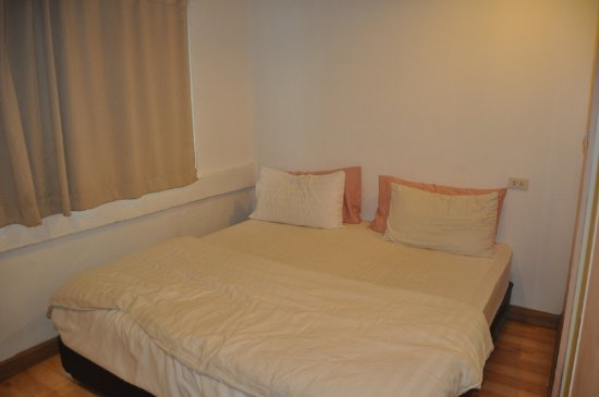Nantra Silom: Spacious bed, but hygiene of the sheets???