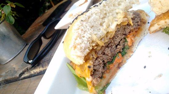 Acassuso, Argentina: Una de las hamburguesas, super abundante.