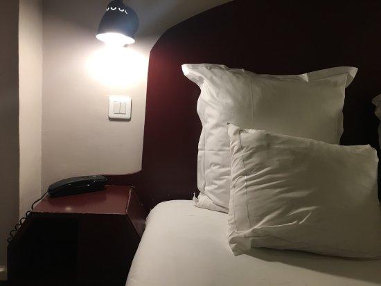 France Louvre: Luften är tjock av fukt och det luktar instängt. Sängen är byggd av plywood och träskruv.
