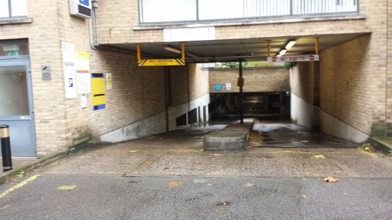 Premier Inn London Kew Hotel: Entry lane to underground parking. Approach straight or you will damage your car.