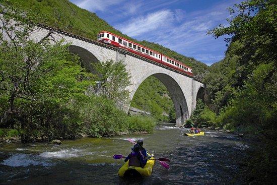 Saint-Paul-de-Fenouillet, Francia: Le train touristique accede aux gorges de l'Aude en se frayant un chemin sur des viaducs centena