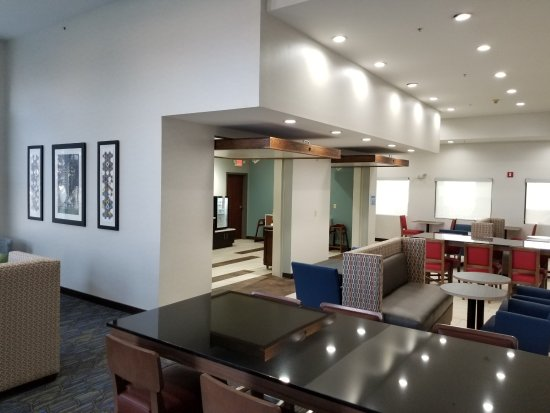Holiday Inn Express Birch Run (Frankenmuth Area): Breakfast Seating and Lobby area