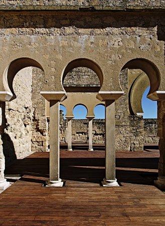 Archaeological Ensemble of Madinat Al-Zahra : От дворца действительно сохранилось не очень много. Основания стен, колонны, местами резьба.и ре