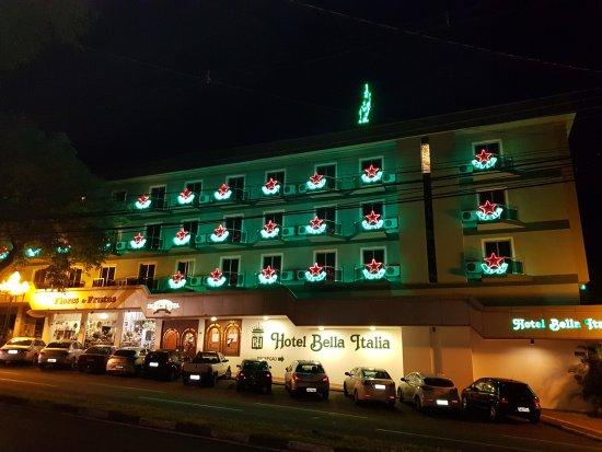 Hotel Bella Italia: Vista externa do Hotel, com decoração natalina. Novembro de 2017