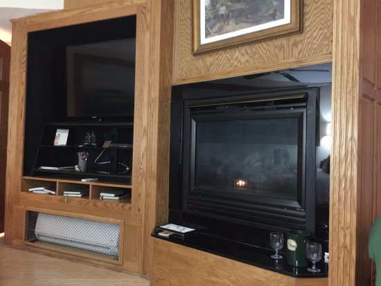 Hermann, MO: Smart TV and fire palce