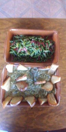 Gaucin, Spain: Cazuela de espinacas con su crema y judías salteadas con jamón serrano,ricas tapas para cenar.