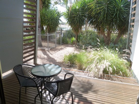 Majestic Oasis Apartments: Outdoor area overlooking the beach.